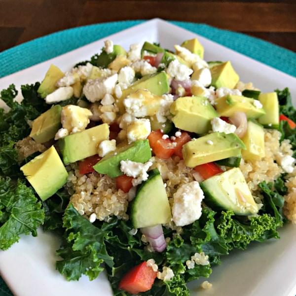 Salada de couve, quinoa e abacate com receita de vinagrete de limão dijon