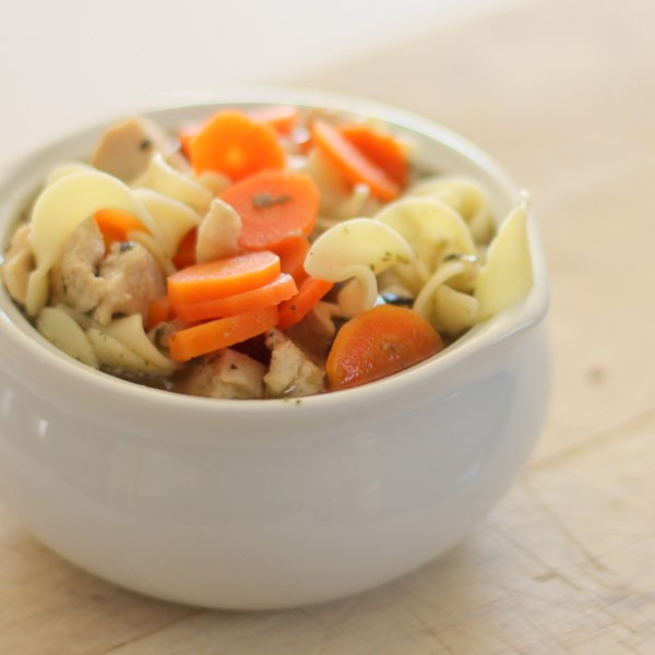 Receita rápida e fácil de sopa de macarrão de frango