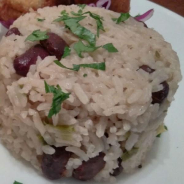 Receita jamaicana de arroz e ervilhas