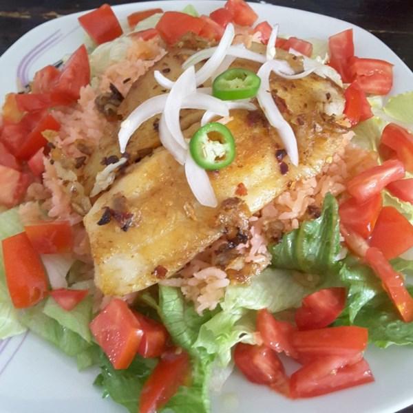 Receita mexicana de salada de arroz e tilápia