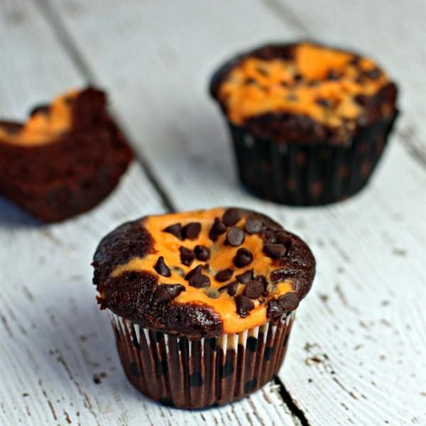 Cupcakes de chocolate com receita de recheio de cheesecake de abóbora