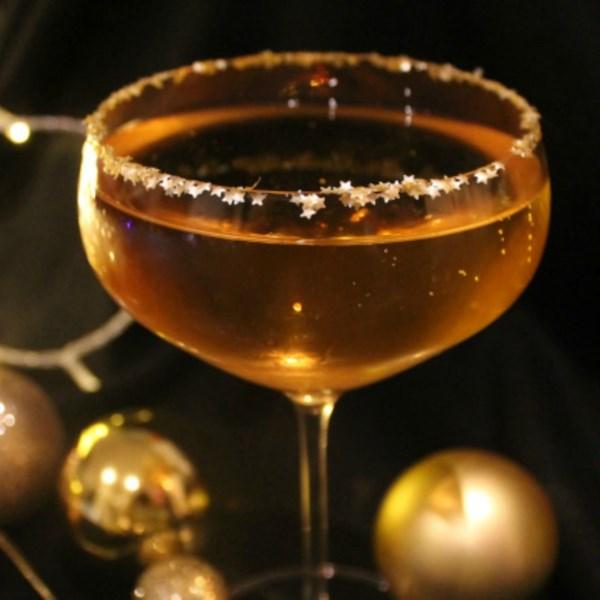 O Coquetel de Bauble Dourado com Prosecco, Amaretto e Receita de Glitter