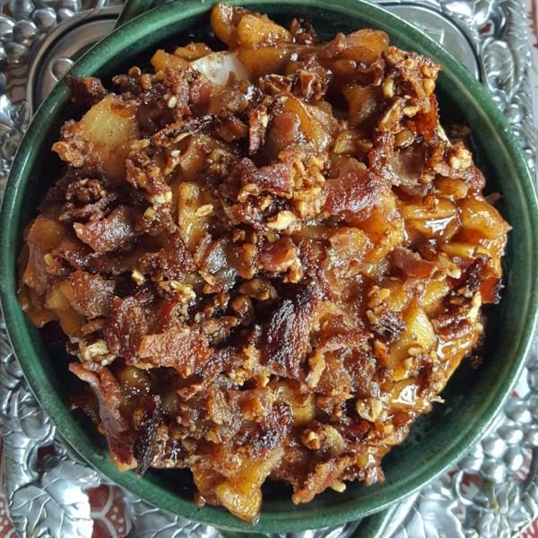Brie assado com maçãs caramelizadas de maple e receita de bacon praline temperado