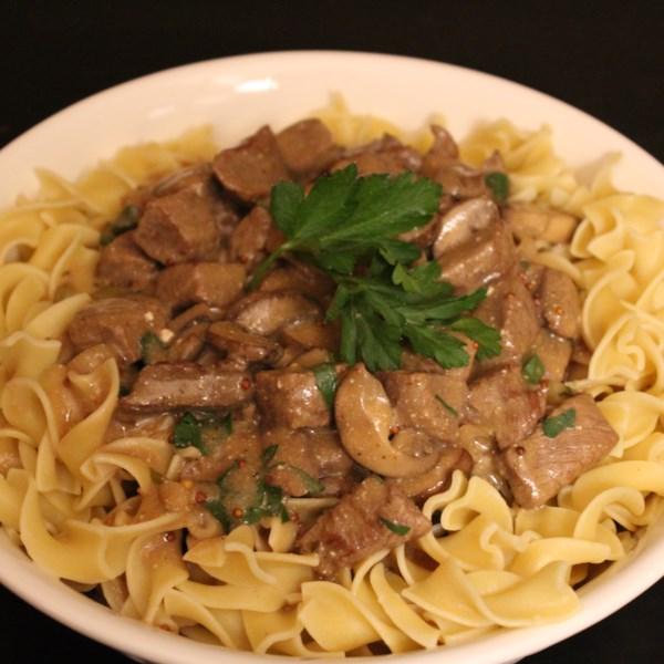 Estrogonofe de carne clássica em uma receita de panela lenta