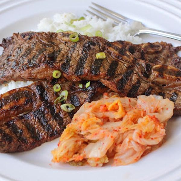 Receita de costelas curtas de carne de bovino estilo coreano grelhado