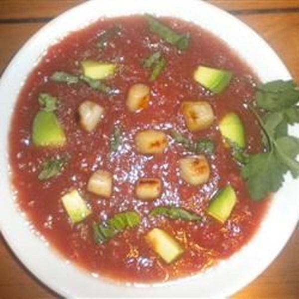 Sopa de Tomate Resfriado com Vieiras, Abacate e Receita de Manjericão Rasgado
