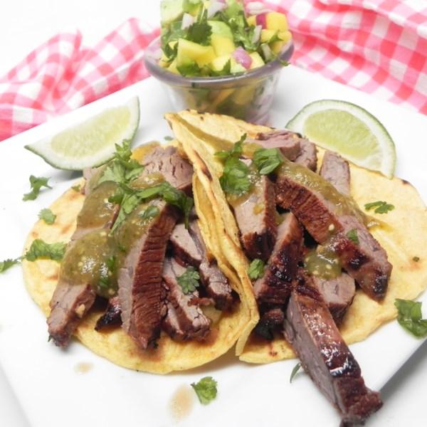 Tacos de bife flanco com receita de salsa de manga-abacate