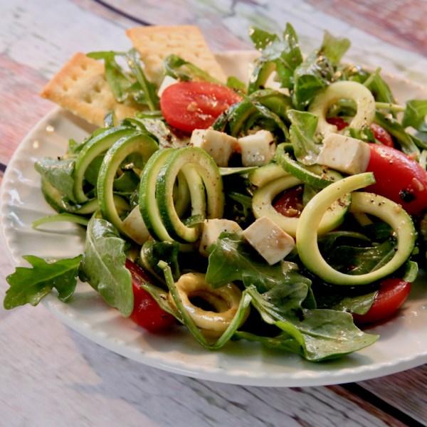 Receita de Salada Zoodle Caprese