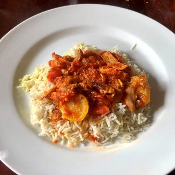 Receita italiana de frango e legumes sobre arroz
