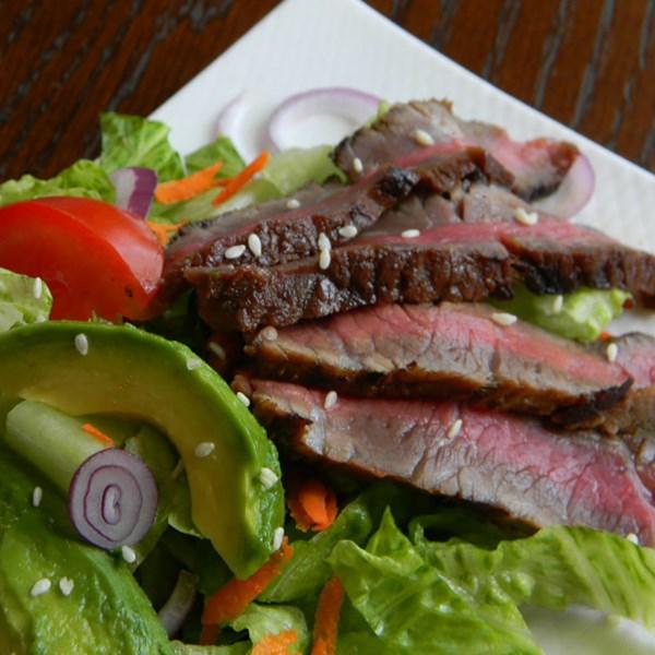 Salada de Bife Grelhado com Receita de Molho Asiático