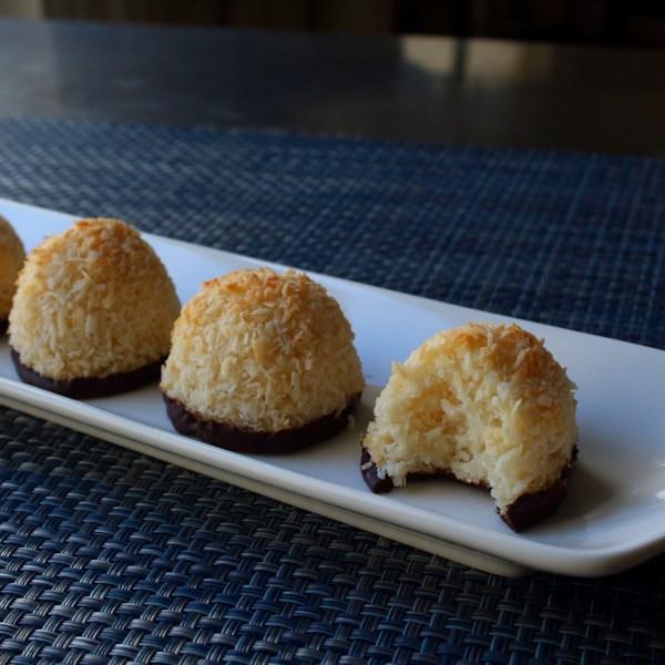 Receita de Macaroons de Coco Mergulhado em Chocolate