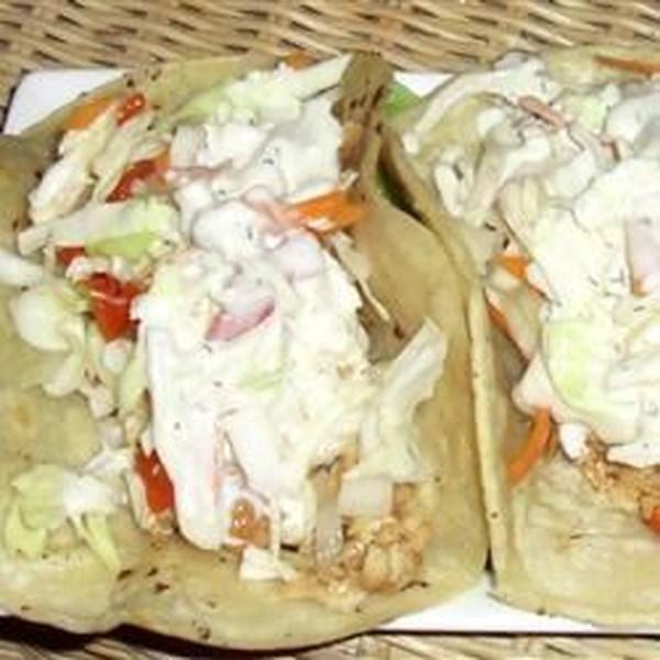 Tacos de peixe de tilápia com Pimenta-Vermelha-Limão Slaw e Receita de Aioli de Queijo Azul