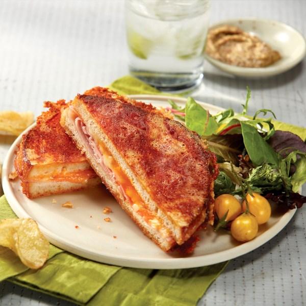 Receita de sanduíche de presunto grelhado e queijo de dentro para fora