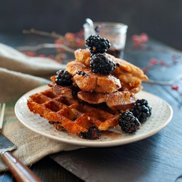 Frango sem glúten picante e waffles cheddar com receita de xarope de xarope de amora-maple