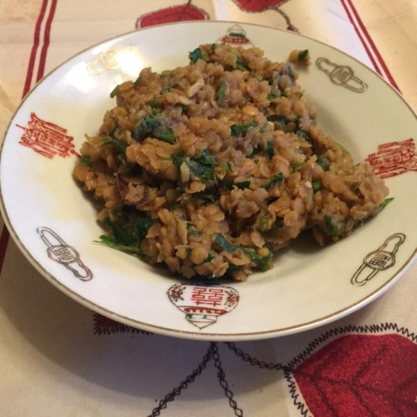 Ensopado de lentilha de coco-curry servido sobre receita de quinoa