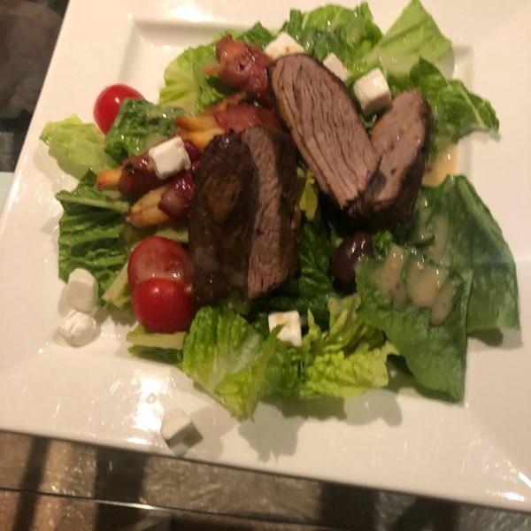 Salada de bife enegrecável com receita de vinagrete de amora