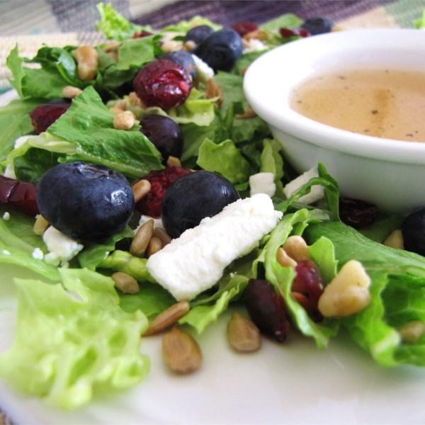Deliciosamente doce salada com maple, nozes, sementes, mirtilos e receita de queijo de cabra