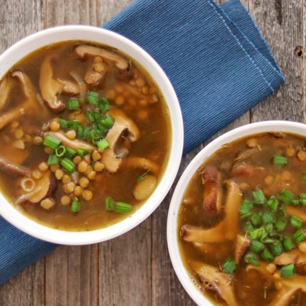 Receita vegetariana de sopa de cogumelo-lentilha