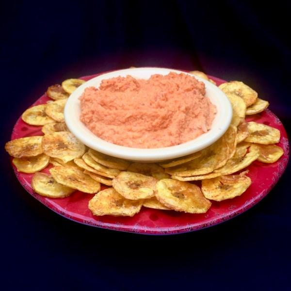 Hummus de pimenta-pimenta-caulima vermelha com receita de chips de banana