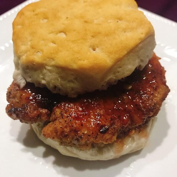 Receita simples de biscoitos de frango quente de Nashville