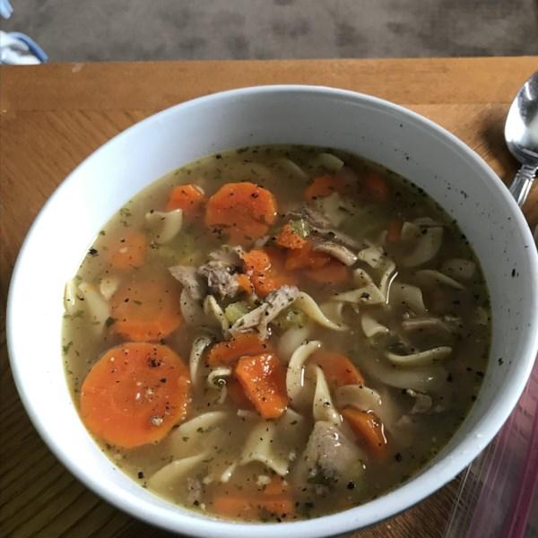 Receita rápida e fácil de sopa de macarrão de frango instantâneo e rápida