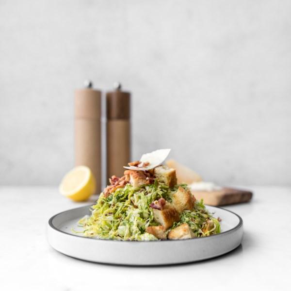 Receita de Salada Caesar de Couve-de-Bruxelas Raspada
