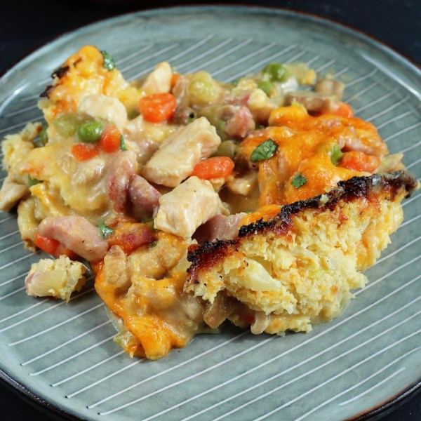 Torta de peito de frango keto com receita de crosta de couve-flor