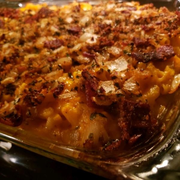 Macarrão e queijo com cebola caramelizada e receita de bacon