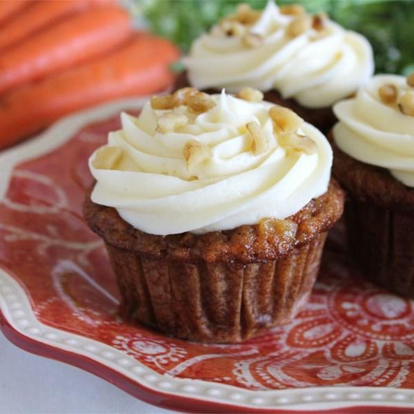 Cupcakes de cenoura com receita de cobertura de queijo creme de chocolate branco