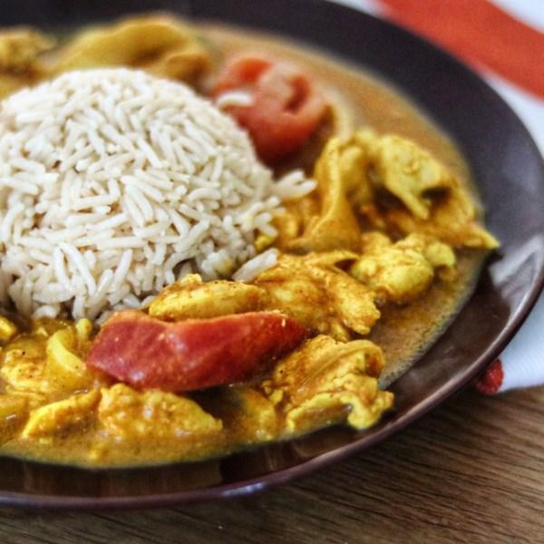 Frango fácil curry em uma receita de pressa
