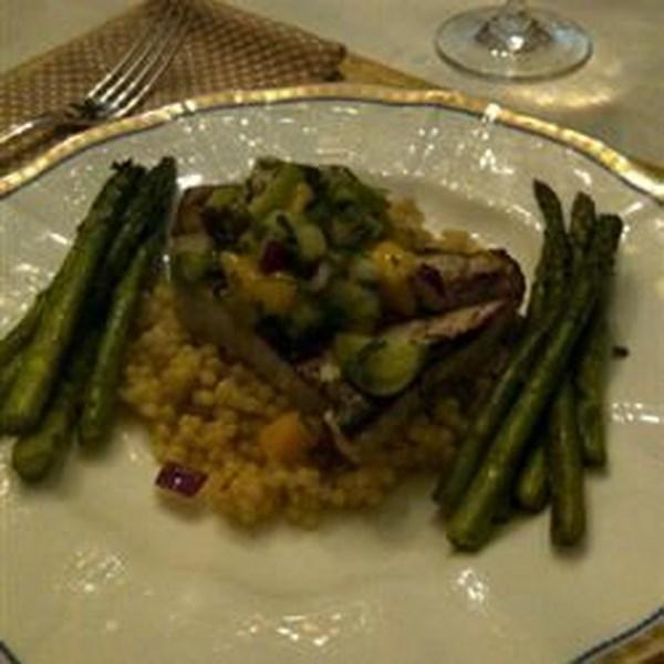 Tacos de peixe-espada grelhados com receita de salsa de tomate-manga