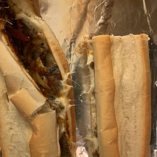 Sanduíche de cheesesteak philly com receita de maionese de alho