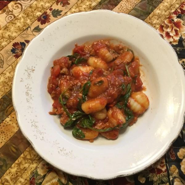 Receita italiana de salsicha e frigideira de nhoque