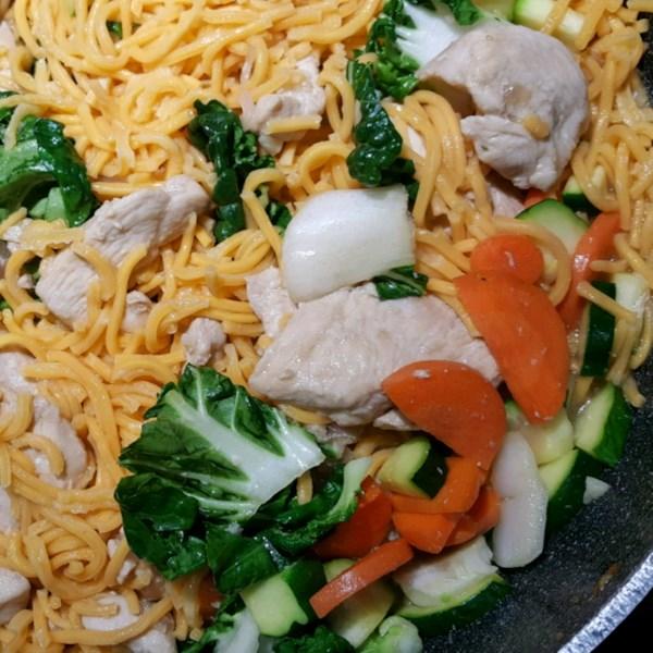 Receita de Chow Mein com Frango e Legumes