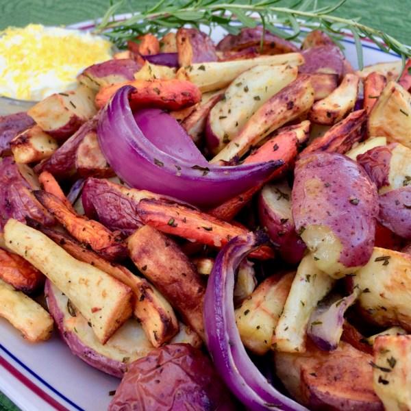 Legumes raiz da fritadeira de ar com receita de aioli vegano