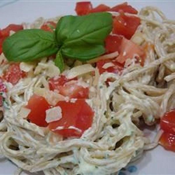 Receita cremosa de macarrão pesto com frango, aspargos e tomate cereja