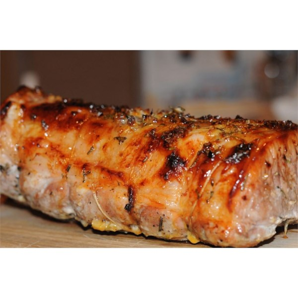 Lombo de porco com cheiro de alecrim recheado com alho assado, damascos secos e cranberries e receita de molho de panela de vinho do porto