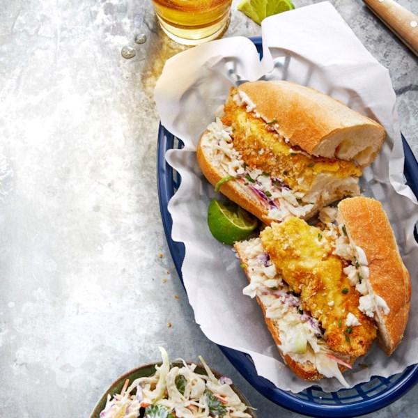 Air-Fried Crispy Fish Po' Boys com Receita Chipotle Slaw