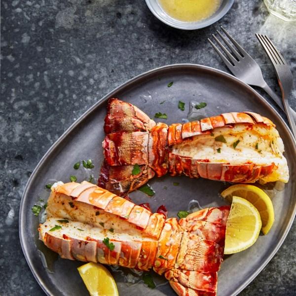 Caudas de lagosta de fritadeira de ar com receita de manteiga de limão-alho