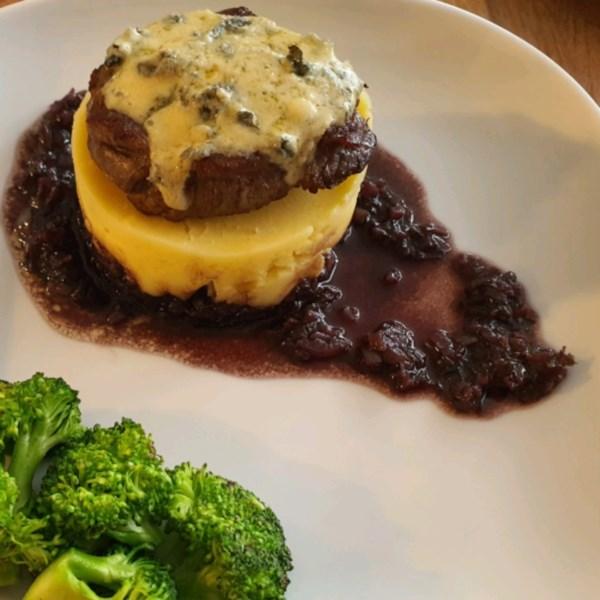 Filé mignon crosta de queijo azul com receita de molho de vinho do porto