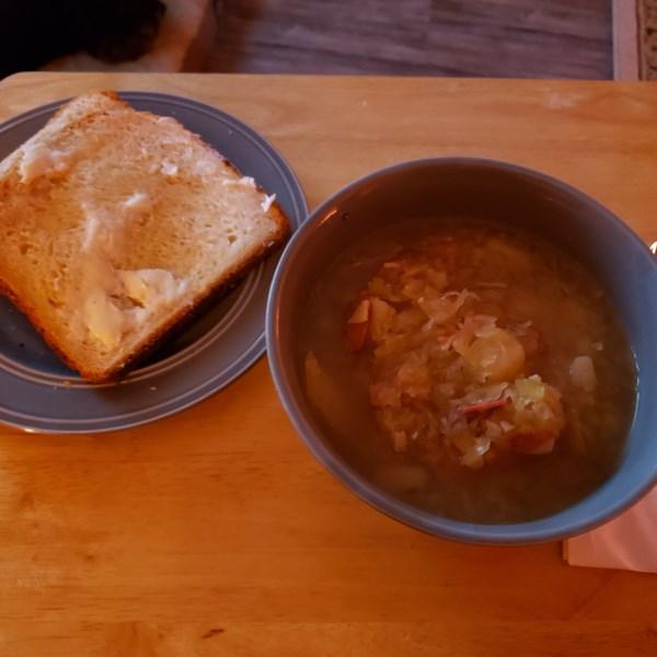Sopa de chucrute de pote instantâneo com receita de salsicha