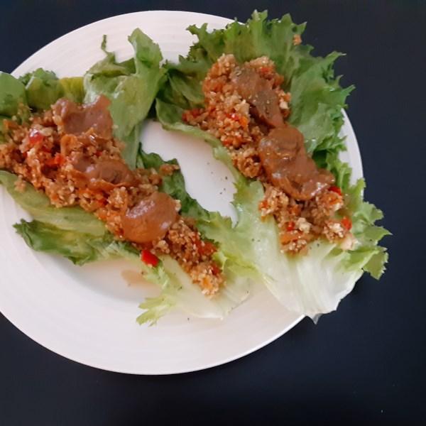 Alface de arroz de couve-flor embrulha com receita de molho de amendoim picante