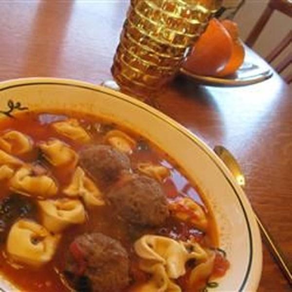 Receita italiana de sopa de almôndega e queijo Tortellini