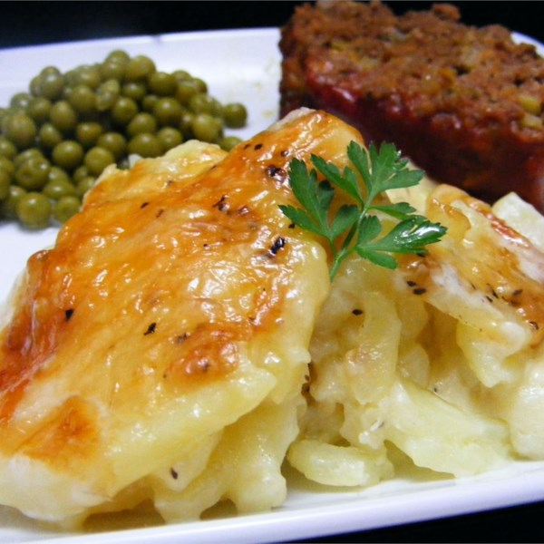 Receita rica e cremosa de batatas au gratinado