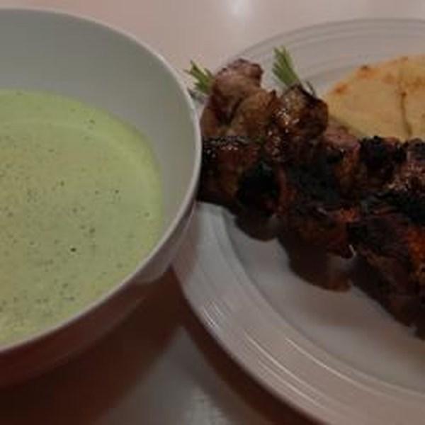 Frango grego Kabobs com Receita de Salsa Verde de Iogurte-Hortelã