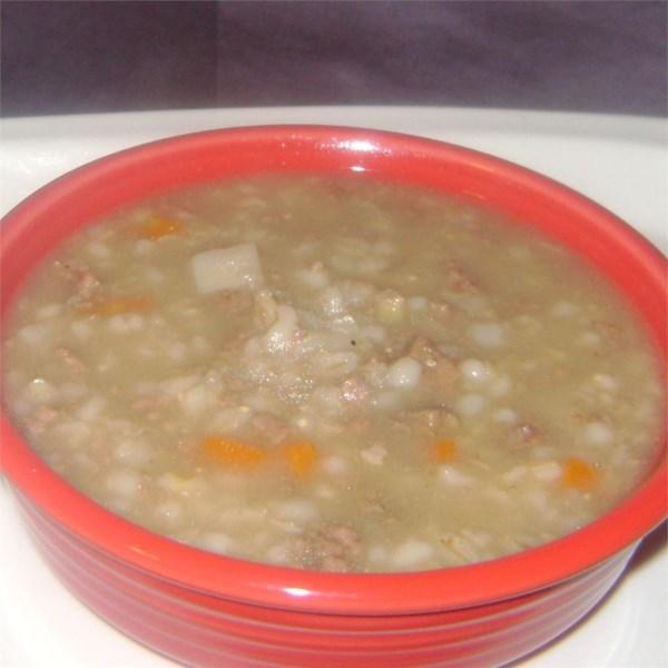 Sopa cremosa de cevada de cogumelo de carne em uma receita de panela lenta
