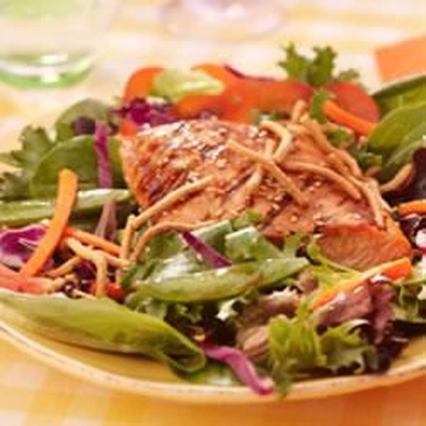 Salmão Grelhado, Ervilhas de Snap e Salada de Mistura de Primavera com Receita de Macarrão Chow Mein