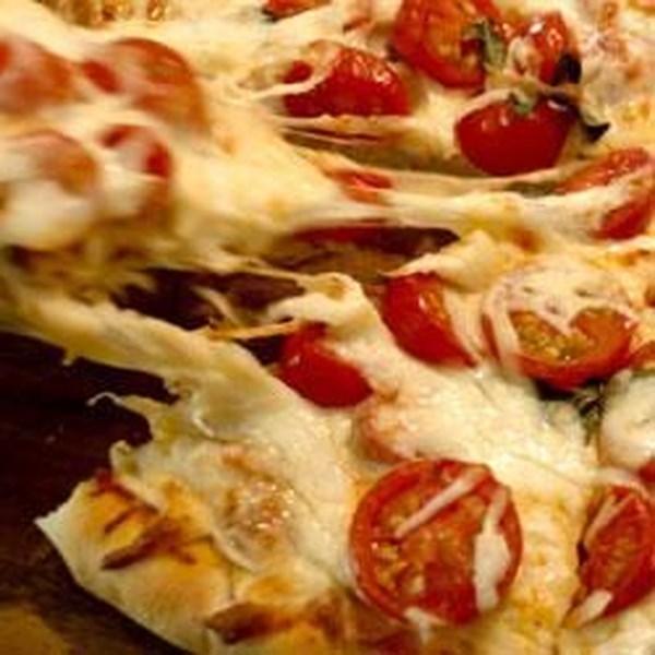 Receita de Pizza de Tomate Fresco e Manjericão