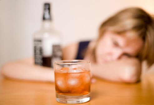 12 health risks of chronic heavy drinking s1 photo of woman with whiskey glass - Alcoholismo Definición y conceptos
