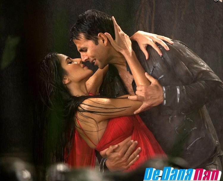 Katrina Kaif in Red Saree Hot Pic In De Dana Dan